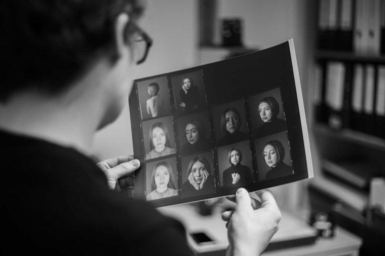 Portraitfotograf am Kontaktabzüge sichten