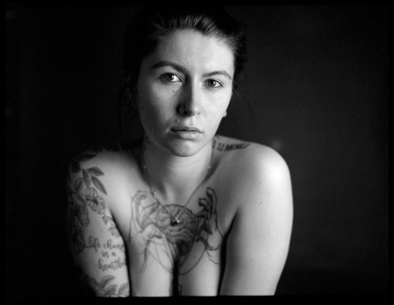 Tattoomodel, analoges Teilaktportrait Dresden, Mamiya 645,