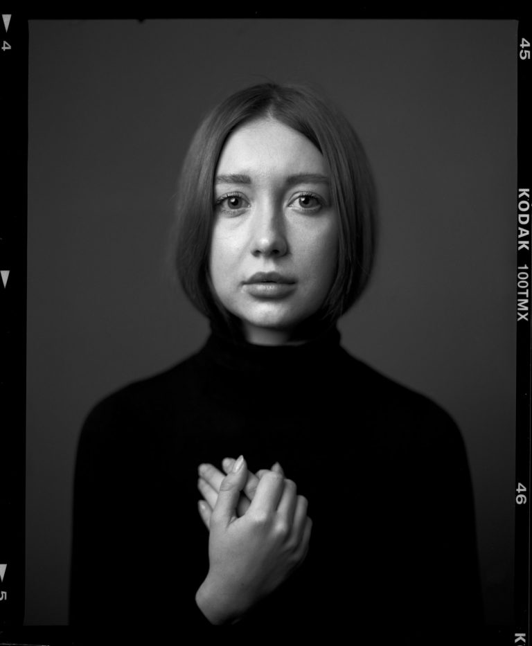 Fineartfrauenportrait, Studiofrauenportrait, analog, Fineartportrait auf Film