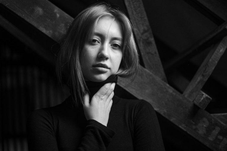 Portraitfotografie aufm Dachboden, Schwarzweissportraitfotografie