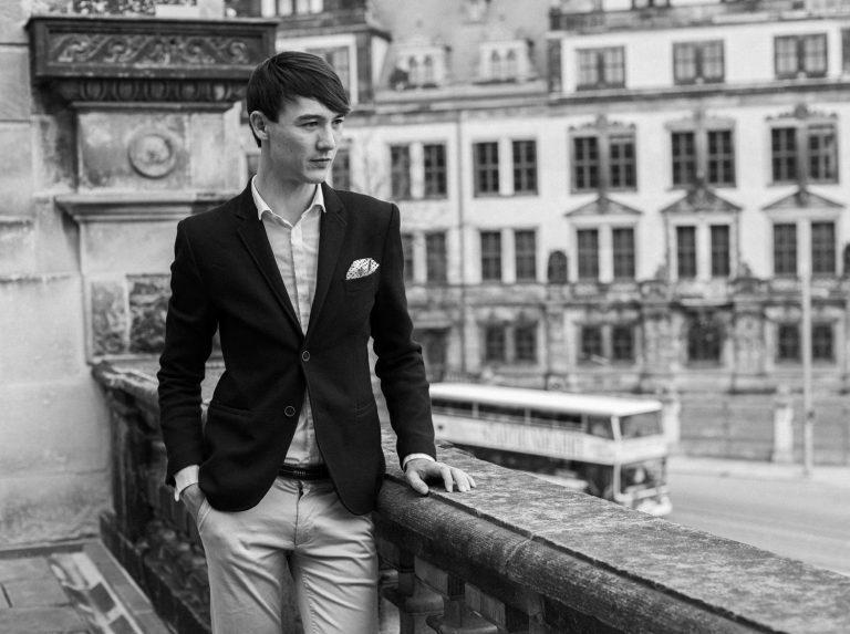 Schwarzweissportraitfotografie am Zwinger in der Altstadt Dresden