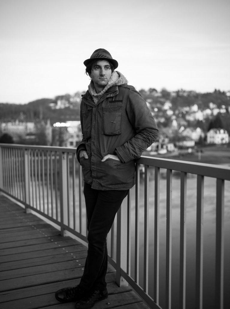 Künstlerfotografie, Davide Martello Dresden am Blauen Wunder, Klavierspieler, klavierspielerportrait Dresden